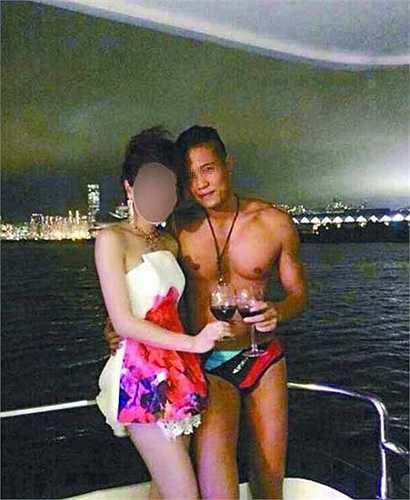 Những chàng trai quyến rũ bên cạnh các quý bà chịu chi khi đang ngắm cảnh trên cảng Victoria Hong Kong