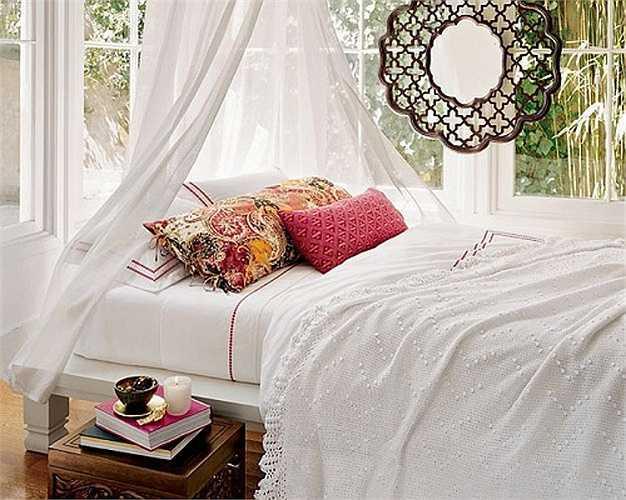 Những tấm khăn trải giường bằng vải cotton cũng có một lớp cách nhiệt. Vào những đêm quá nóng nực, bạn nên nằm ngủ trên một tấm khăn trải giường mỏng. Nếu không có lớp cách nhiệt, cơ thể bạn sẽ hấp thụ nhiệt từ môi trường xung quanh nhiều hơn, làm gia tăng cảm giác nóng bức rất khó chịu.
