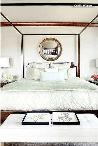 Gương và kính không những chỉ làm cho phòng ngủ của bạn thêm rộng mở mà còn là vật trang trí độc đáo, đặc biệt là kiểu gương tròn treo phía trên giường.