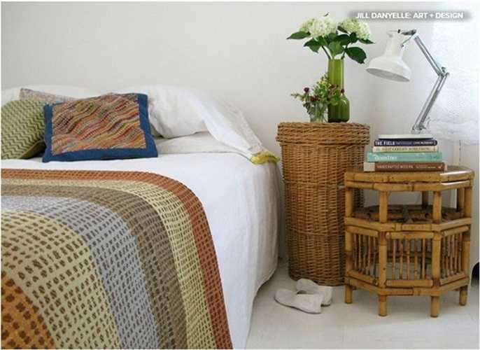 Tre và mây là những vật liệu tự nhiên có thể khiến phòng ngủ của bạn thêm mát mẻ trong mùa hè. Ví dụ, bạn có thể đặt bàn tre trong phòng ngủ để đèn đọc sách và các cuốn sách. Ngoài ra, bạn có thể làm giỏ cao đựng đồ bằng mây ở góc giường và biến nắp giỏ thành bề mặt đặt lọ hoa tươi vô cùng lãng mạn.