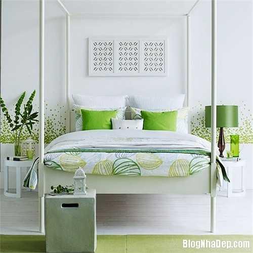 """Bạn cũng có thể tận hưởng không khí mùa hè bằng những ý tưởng thiết kế """"mùa hè nhiệt đới"""" phòng ngủ của mình. Một trong những cách đơn giản nhất là tạo ra bầu không khí 'rừng rú' bằng những loại giấy dán tường có họa tiết hin hoa lá, hay chim bướm."""