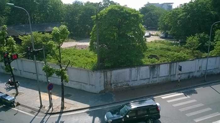 Những bức tường bao xây xung quanh khiến người dân đi bên cạnh không thể nhìn thấy bên trong là gì, nhưng đứng từ trên cầu vượt Nguyễn Chí Thanh - Liễu Giai nhìn xuống, người ta không khỏi 'choáng' khi thấy một lô đất nằm ở góc đường Liễu Giai, rộng hàng ngàn mét vuông đang bị bỏ hoang, dưới các gốc cây là những chiếc ô tô nằm thảnh thơi 'hóng mát'.