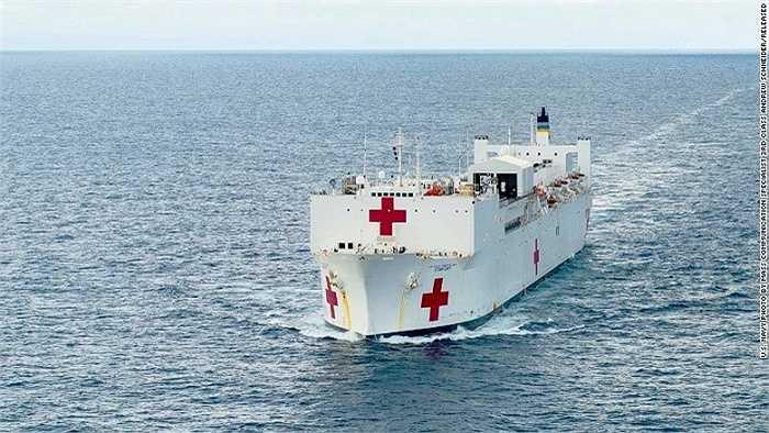Tàu bệnh viện USNS Comfort có chiều cao bằng  tòa nhà 10 tầng, chiều dài bằng 3 sân bóng