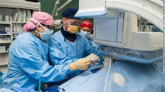 Các bác sĩ làm việc trên tàu