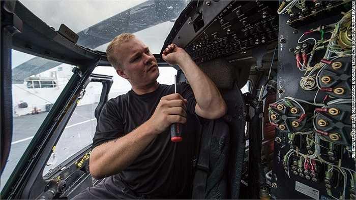 Trên tàu cũng có kỹ sư và các nhân viên y tế