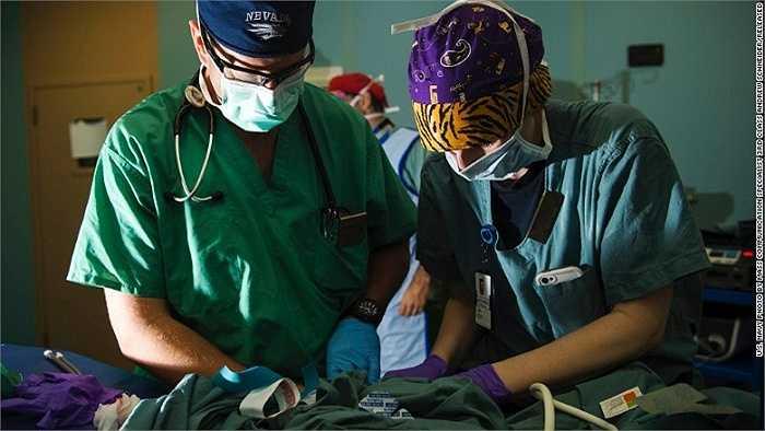 Bác sĩ gây mê và một y tá hỗ trợ đang chuẩn bị ca phẫu thuật cho em nhỏ người Guatemala