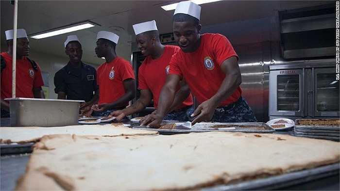 Trên tàu còn có các đầu bếp chuyên nghiệp có thể phục vụ cho 1,000 trong 3 bữa mỗi ngày