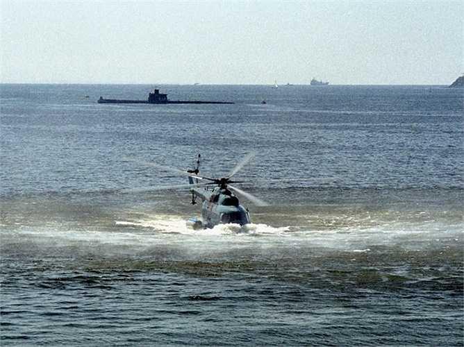 Trực thăng lưỡng cư Mi-14 hạ cánh xuống nước