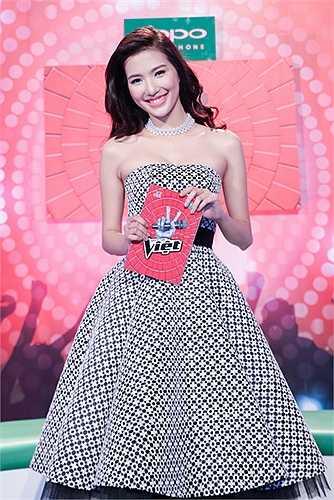 Phạm Mỹ Linh trưởng thành từ chương trình Người dẫn chương trình truyền hình năm 2014 với danh hiệu Én Vàng