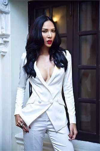 Dù số đo không ấn tượng nhưng do thân hình thon thả, vòng eo nhỏ và phong cách sexy, Minh Triệu vẫn gây chú ý với vẻ gợi cảm, nóng bỏng.