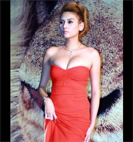 Người đẹp thường chọn những chiếc váy, áo xẻ sâu, khoe ưu thế vòng 1 gợi cảm.