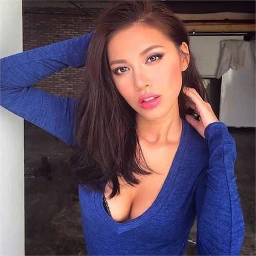 Siêu mẫu Minh Tú cao 1m79, cô có số đo 3 vòng: 86 - 59 - 91.