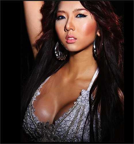 Ngọc Quyên cũng là mỹ nhân có thềm ngực cuốn hút.
