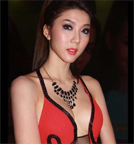 Ngọc Quyên khoe khéo thềm ngực trắng mịn với một thiết kế xẻ sâu.