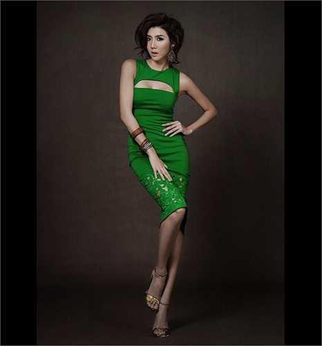 Ngọc Quyên với một mẫu váy khoét ngực táo bạo.