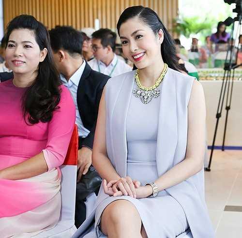 Nữ diễn viên diện trang phục gam màu pastel thanh lịch, cô khoe vóc dáng thon gọn và vẻ đẹp ngày càng mặn mà. Hà Tăng góp mặt với tư cách gương mặt đại diện của thương hiệu ở sự kiện.