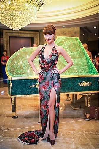 Góp mặt tại nhiều sự kiện, Hà Anh diện những chiếc đầm rất đỗi gợi cảm.