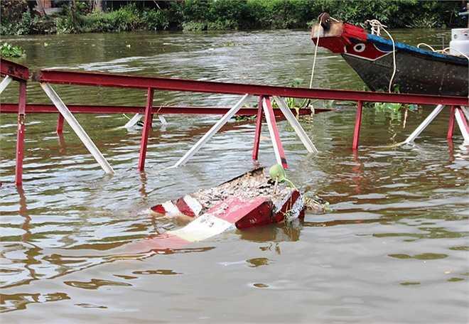 Trụ bêtông, khung cầu bị tông sập, nằm trọn dưới sông chợ Đệm.