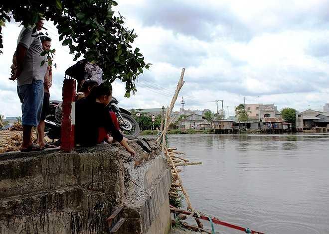 Không thể qua sông, người dân và học sinh phải đi xe đường vòng, xa hơn 5 km.