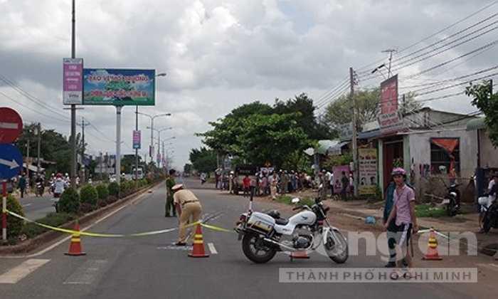 Vào khoảng 12h45 ngày 12/7, chiếc ôtô khách giường nằm loại 52 chỗ biển số 43B - 007.48 của nhà xe Đình Nhân do tài xế Lê Văn Minh (43 tuổi, ngụ Quảng Nam) điều khiển lưu thông trên đường ĐT 741 theo hướng từ thị xã Đồng Xoài - TP HCM.