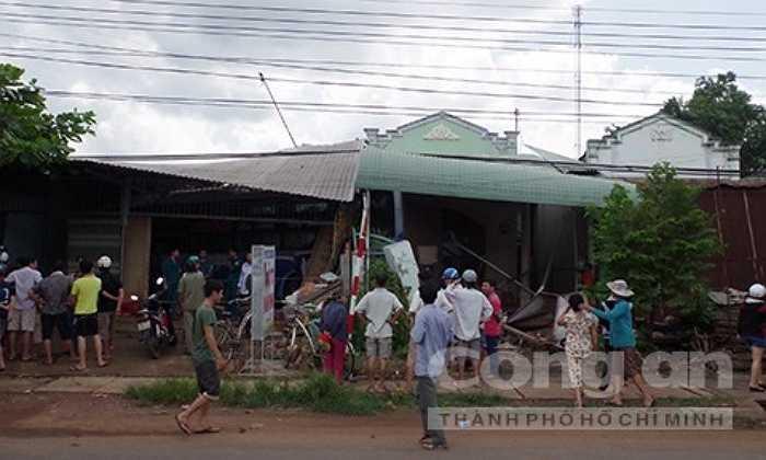 Tiếp đó, chiếc xe lao thẳng vào quán thịt cầy Phi Sơn (do ông Mai Đức Nhượng, 65 tuổi làm chủ).