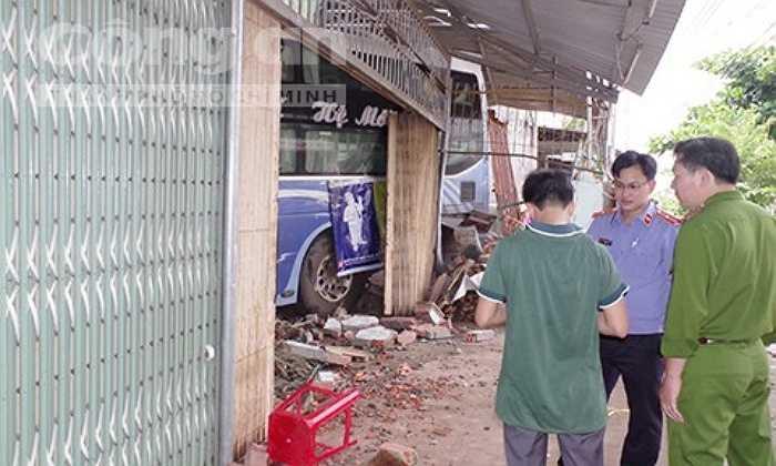Bà Nguyễn Thị Hà (62 tuổi) là người chứng kiến toàn bộ sự việc cho biết, thời điềm đó bà đang ngồi cạo hạt điều trước nhà thì nghe một tiếng nổ lớn như nổ lốp xe. Sau đó, bà thấy chiếc xe ầm ầm lao đến và húc đổ phần trước của 4 căn nhà trên.
