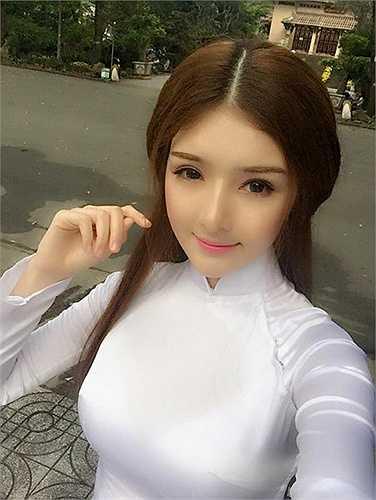 Trong nhiều bức hình, gương mặt nhọn với sống mũi cao là điểm nhấn của Lily.