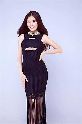 Trang phục kiểu cut-out khoe ngực được Lilly Luta ưa chọn.
