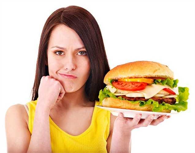 Biết được sự khác biệt giữa thèm ăn và đói: Khi cơ thể bạn thực sự cần thức ăn để ăn, nó đưa ra một tín hiệu thông qua đói. Nhưng khi tâm trí bạn muốn thỏa mãn, nó tạo ra một sự thèm muốn. Biết được sự khác biệt này để bạn biết đáp ứng nhu cầu khi đói.