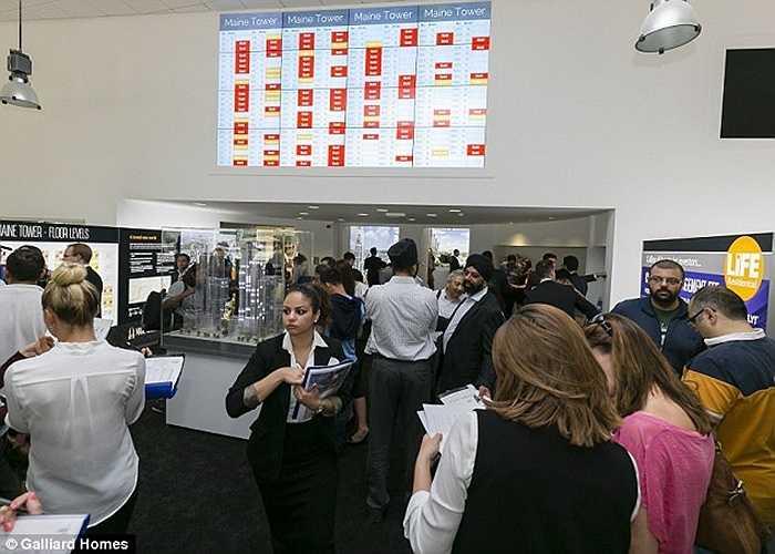 Ngày mở bán đã thu hút hàng trăm lượt khách tới xem nhà mẫu, rất nhiều giao dịch đã thành công