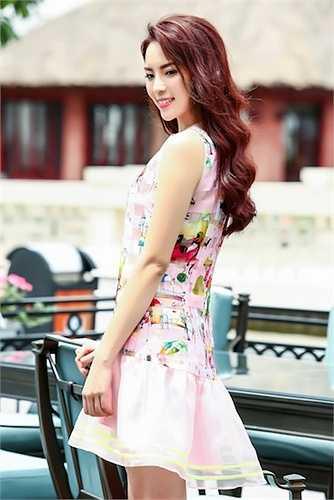 Người đẹp gốc Nam Định khoe làn da trắng hồng và vẻ ngọt ngào khó cưỡng.