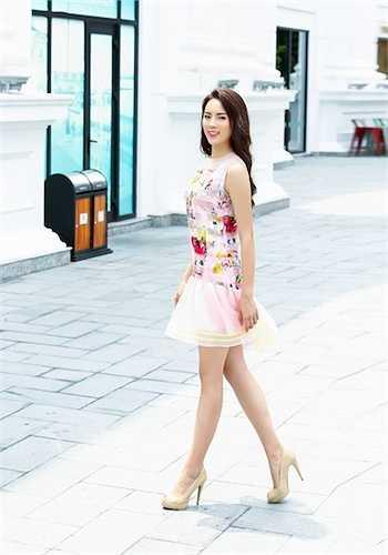 Cô diện trang phục của nhà thiết kế Xuân Lê