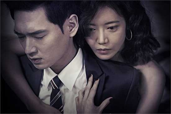 Loạt poster mới của 'Death in Desert', một bộ phim của đạo diễn Noh Jin Soo vừa được giới thiệu tới khán giả Hàn Quốc. Diễn viên trẻ Ko Won, người đảm nhận vai chính ngay lập tức được chú ý với những hình ảnh khỏa thân gây sốc.