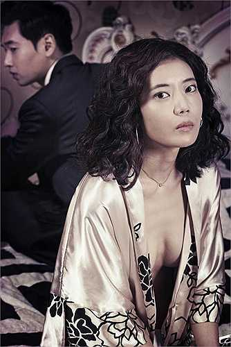 Trong loạt hình ảnh hậu trường Ko Won gần như trong trạng thái nude.