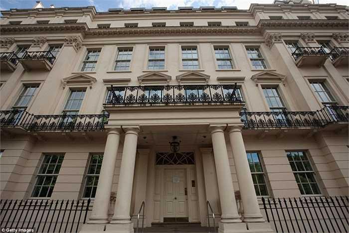 Siêu biệt thự hoành tráng này nằm ở thực chất từng là 4 căn hộ và sau đó được hợp nhất lại. Chính vì thế, nó sở hữu tới 45 phòng ngủ rộng rãi