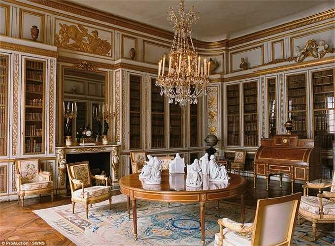 Phòng đọc sách với những giá sách cao nhất, bàn ghế tuyệt đẹp và còn được trang trí thêm với những chùm đẹp rực rỡ