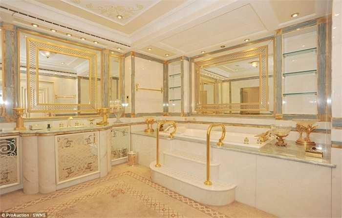 Căn nhà có tới 8 phòng ngủ và tất cả đều vô cùng sang trọng với sự lấp lánh của những miếng vàng dát mỏng