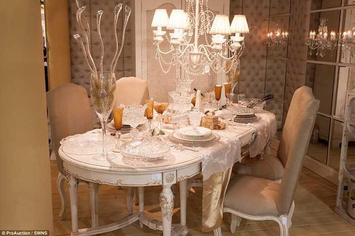 Phòng ăn cũng sang trọng không kém. Rất nhiều người sẽ lóa mắt về sự lấp lánh của các đồ vật trong nhà