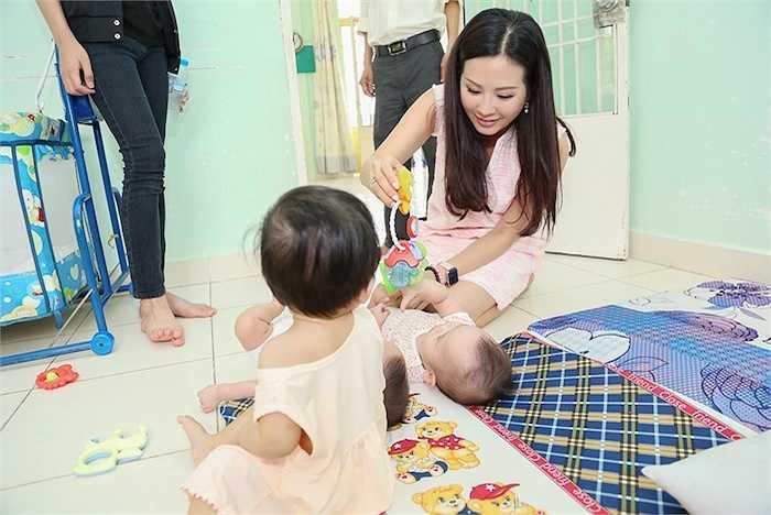 Trưa ngày 13/07 vừa qua, hoa hậu phu nhân Thu Hoài đã cùng 2 con trai đến thăm và tặng quà cho các bé mồ côi tại mái ấm Thiên thần tại quận 9, TP HCM.