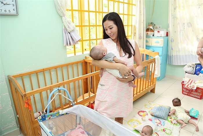 Cô ăn mặc khá giản dị và thoải mái để thuận tiện cho việc thăm và chăm sóc các bé.