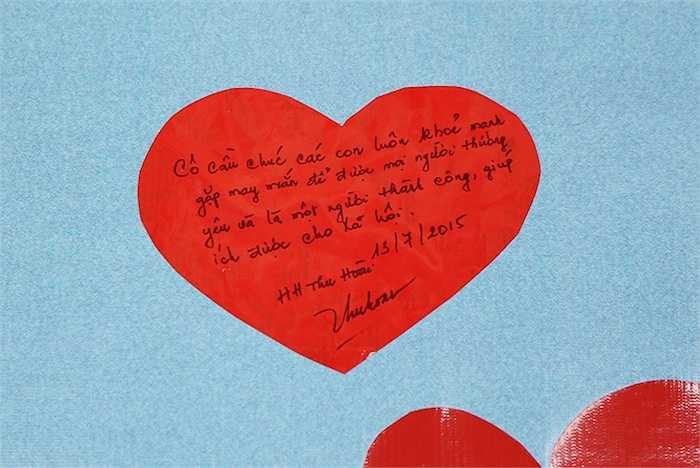 Không chỉ tặng quà, Hoa hậu Thu Hoài còn viết tặng các em những lời chúc rất ý nghĩa.