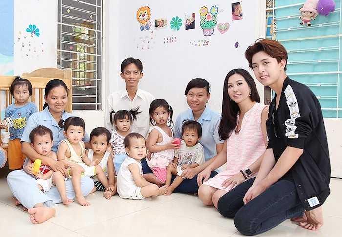 Trước đó, Hoa hậu Thu Hoài cũng từng dẫn theo Tin tham dự chuyến thăm và tặng quà cho bệnh nhân bệnh phong tại Bến Sắn, Bình Dương.