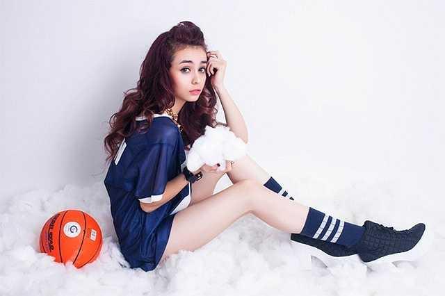 Hot girl Mlee (tên Việt là Quách Mai Ly, sinh năm 1993) mang trong mình dòng máu Việt - Pháp. Cô sở hữu đôi chân thon dài với chiều cao vượt trội 1,76 m. Trước đây, Mlee thường xuyên xuất hiện với vai trò người mẫu, tham gia nhiều MV ca nhạc. Hiện tại, hot girl được biết đến với hình ảnh nữ ca sĩ trẻ trung, năng động.