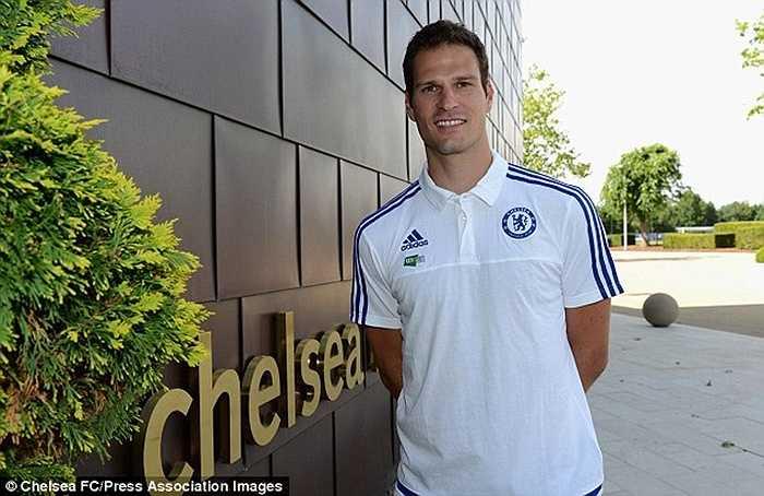 Một tân binh khác của Chelsea cũng được nhận số áo đẹp là thủ thành Begovic. Người gác đền cũ của Stoke nhận áo số 1 - số áo cũ của Petr Cech