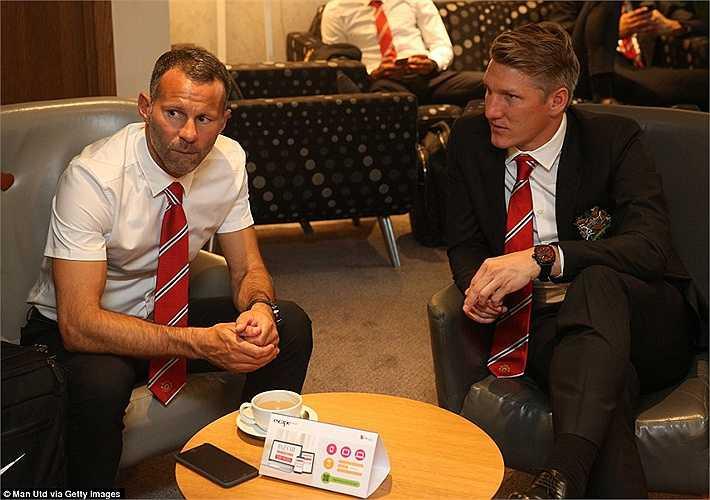 Trợ lý HLV Ryan Giggs bàn chuyện cùng Schweinsteiger