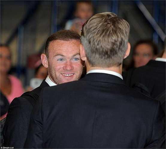 Wayne Rooney vui vẻ bên người đồng đội mới