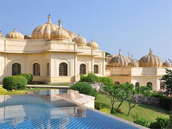 Oberoi Udaivilas là khách sạn được bình chọn tốt nhất thế giới 2015. Nhìn bên ngoài, khách sạn như cung điện rộng lớn với những mái vòm đặc trưng kiến trúc Ẫn Độ