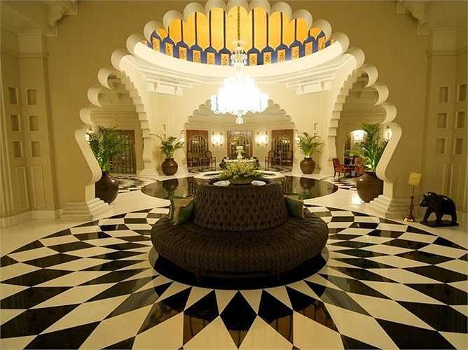 Kiến trúc của khách sạn nổi bật với cổng vòm và màu vàng như những cung điện hoành tráng. Bên trong cũng có những cánh cửa vòm rất đẹp