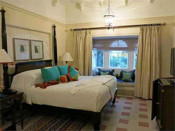 Nội thất bên trong từng căn phòng với giường lớn, TV màn hình LED, Wifi. Giá phòng thấp nhất 406 USD/đêm