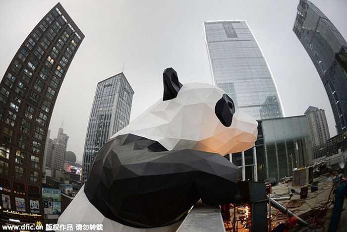 Tứ Xuyên có 9.631.436 nhà đầu tư, chiếm 4,08 dân số thành phố. Trong ảnh là chú gấu khổng lồ trước một trung tâm mua sắm ở Thành Đô, Tứ Xuyên.